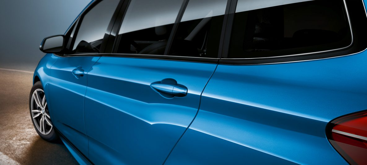 Seitenpartie BMW 2er Gran Tourer F46 Facelift 2018 Estoril Blau metallic Nahaufnahme