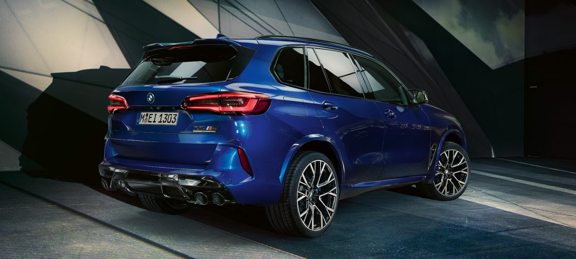 BMW X5 M Competition mit M Sportabgasanlage F95 Marina Bay Blau metallic Dreiviertel-Heckansicht